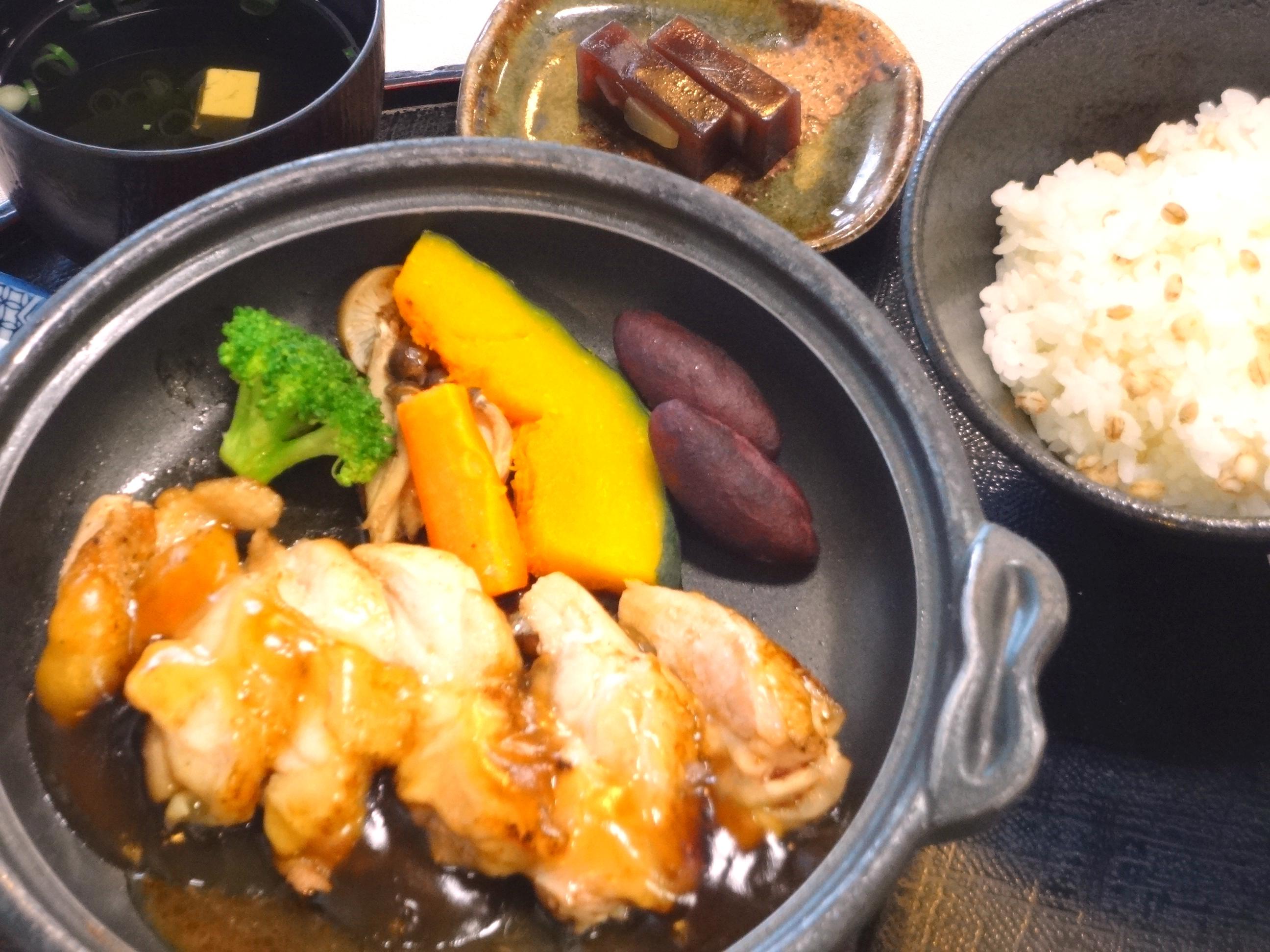 秋野菜と岡山鶏の陶板焼(黒酢あん)②