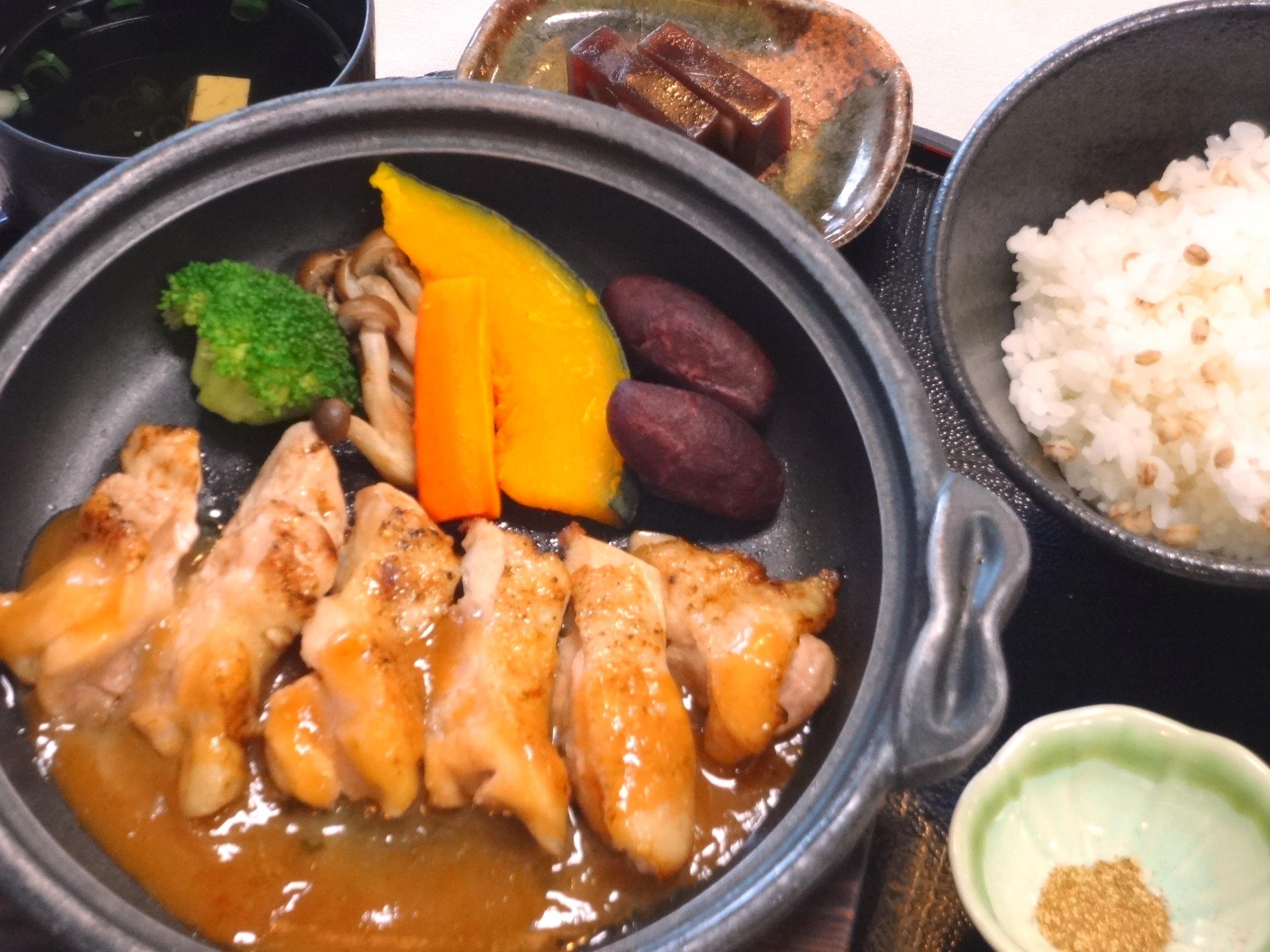 秋野菜と岡山鶏の陶板焼(味噌だれ)②